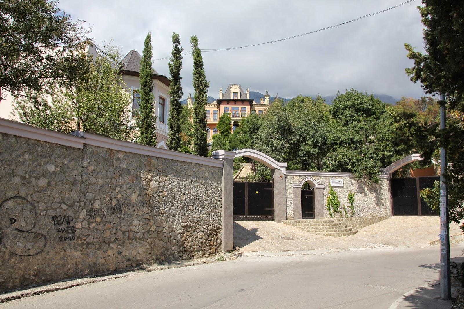 v-simferopole-snosyat-garazhi